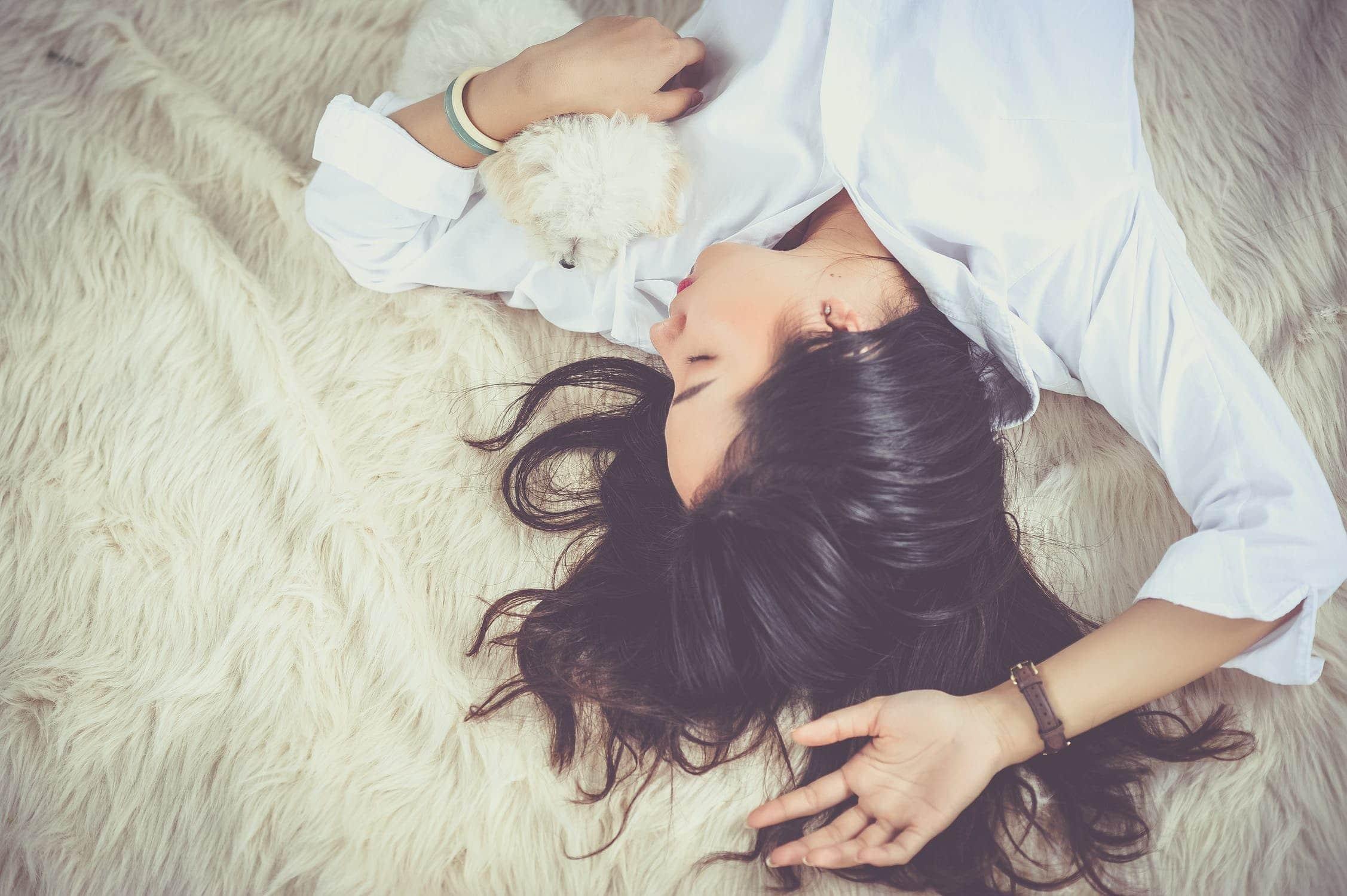Schlafende Frau auf Bettdecke