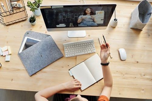 Eine Frau sitzt im Home-Office am Schreibtisch