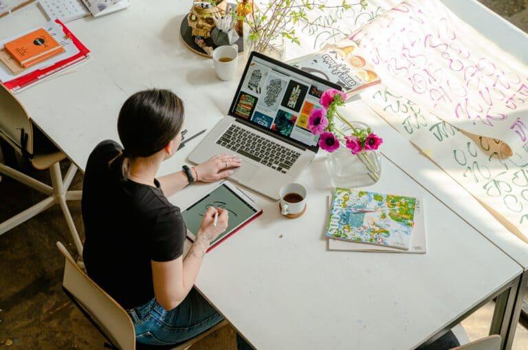 Frau im Home-Office an Ihrem Küchentisch