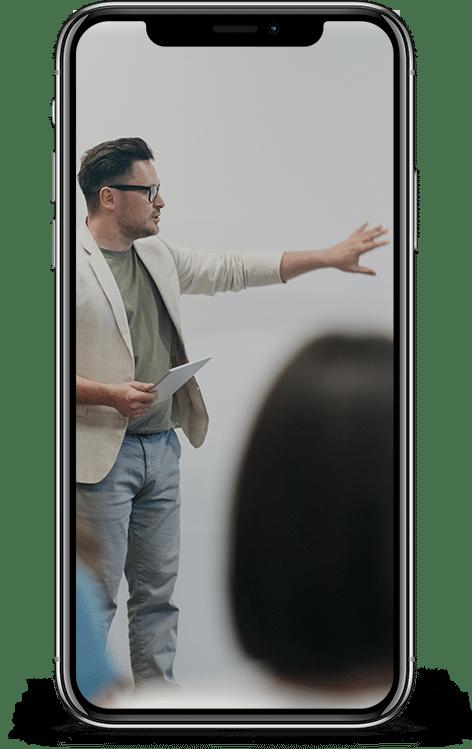 Mann erklärt anderen etwas zu dem Thema Gesundheitskommunikation