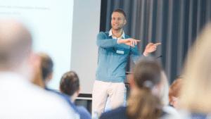 Dr. Utz Niklas Walter hält einen Vortrag vor Publikum