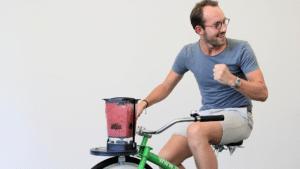 Jakob Rittmeyer auf dem Shake Bike (auch Smoothie Bike) strampeln Sie sich einen Selbstgemachten Smoothie, Eine Vor Ort Maßnahme in der Betrieblichen Gesundheitsförderung des Institut für Betriebliche Gesundheitsberatung