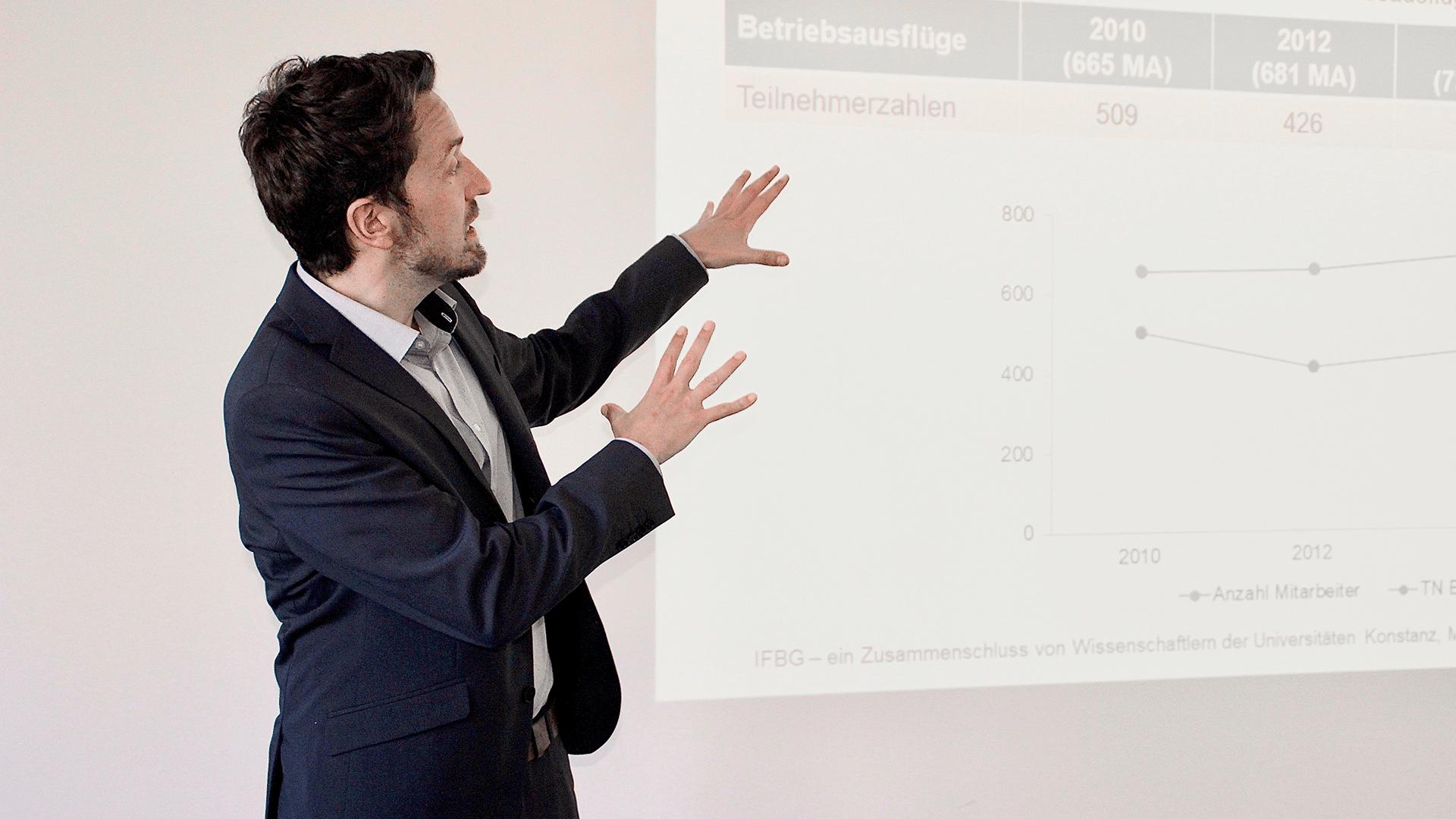 IFBG-Mitarbeiter Jan Schaller hält einen Vortrag