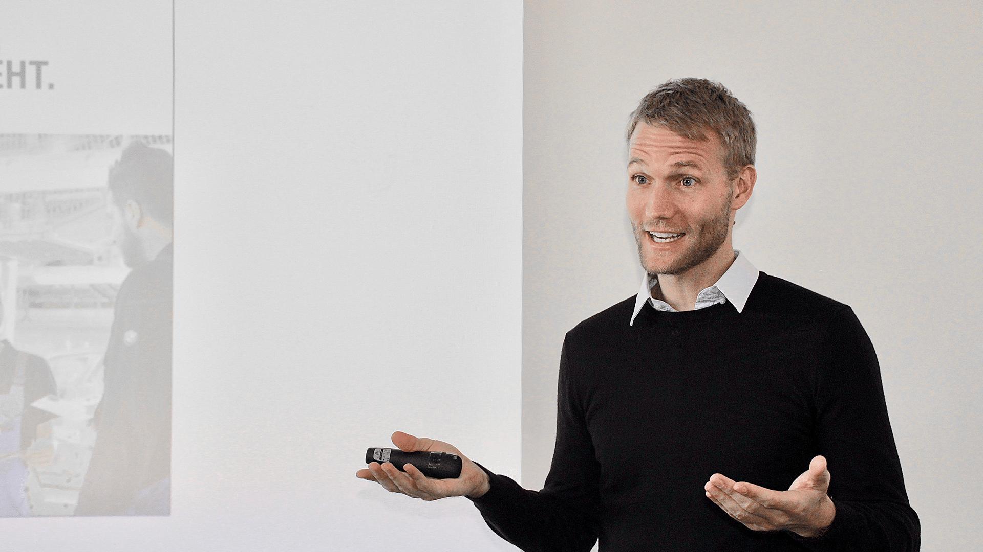 Dr. Utz Niklas Walter hält einen Vortrag und gestikuliert