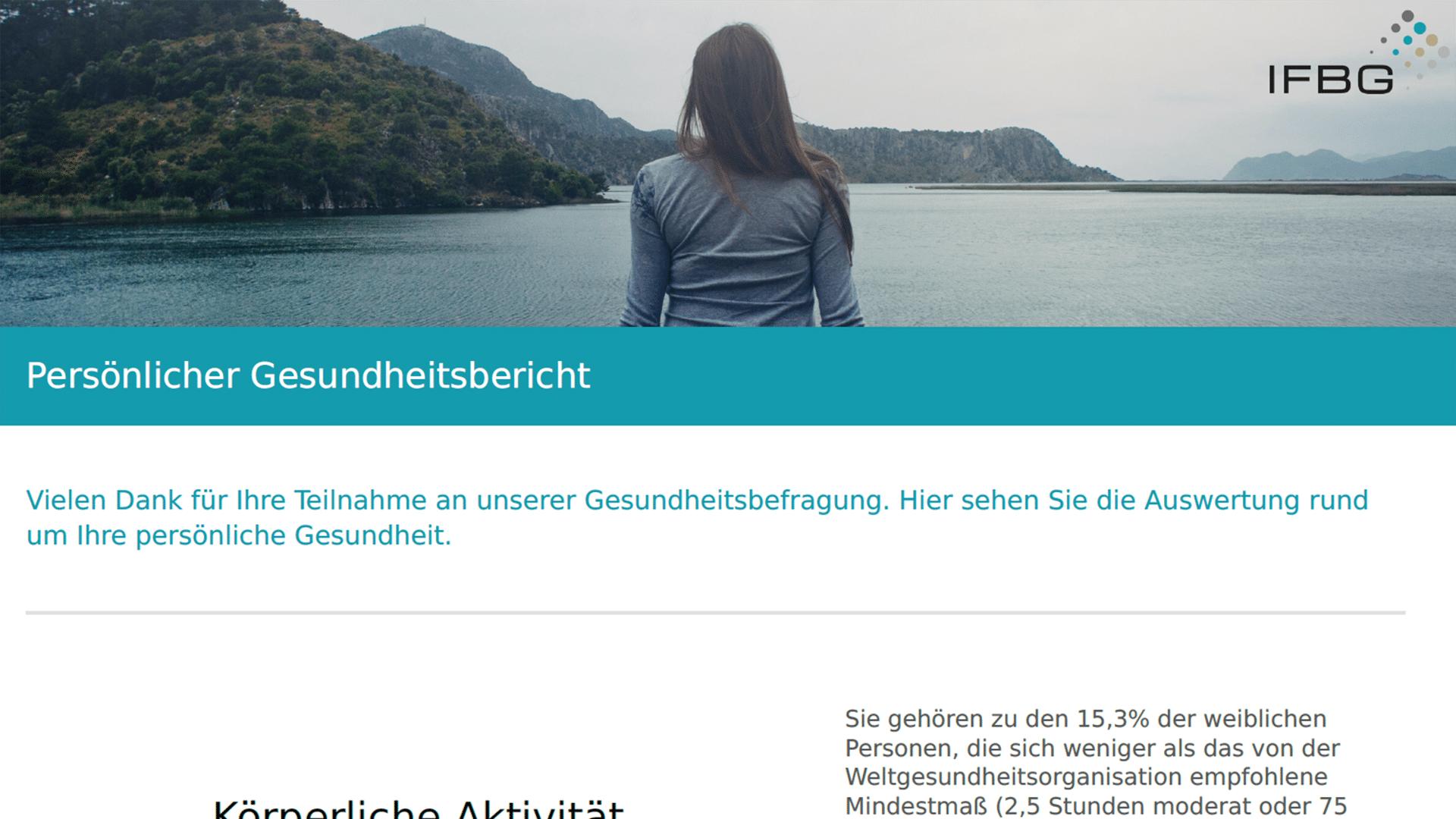 Ein Screenshot des Live-Health-Report des IFBG. Oben ist eine Frau mit braunen Haaren und einem grauen T-Shirt, die entspannt auf einem Steg sitzt und auf ein Gewässer schaut. Drunter ist die Überschrift sowie ein größer Textblock.