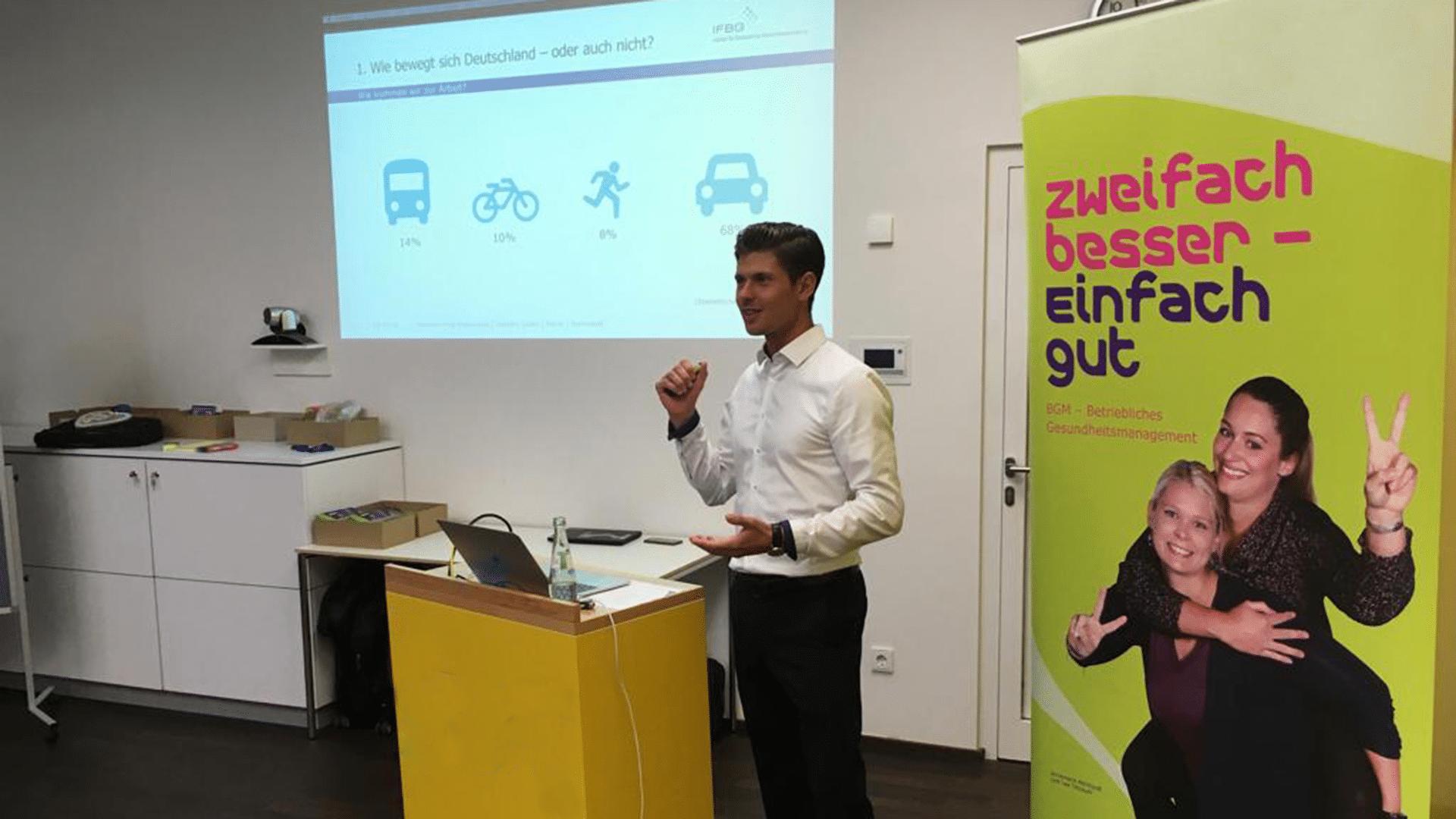 Valentin Goetz hält einen Vortrag