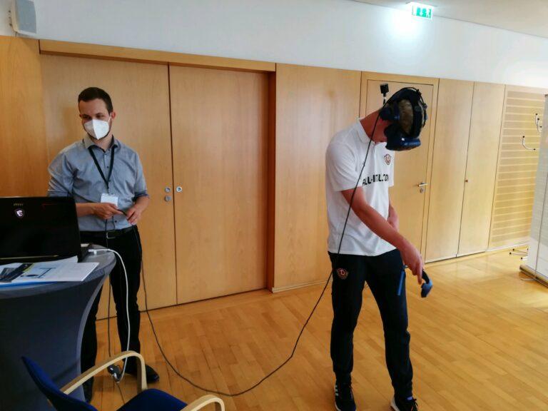 Spieler von Dynamo Dresden hat eine VR-Brille auf