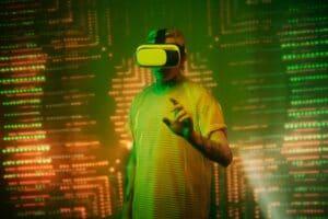 Mann hat eine VR-Brille an, im Hintergrund sind Lichter zu sehen