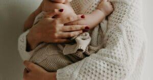 Eine Frau hält ihr Baby im Arm